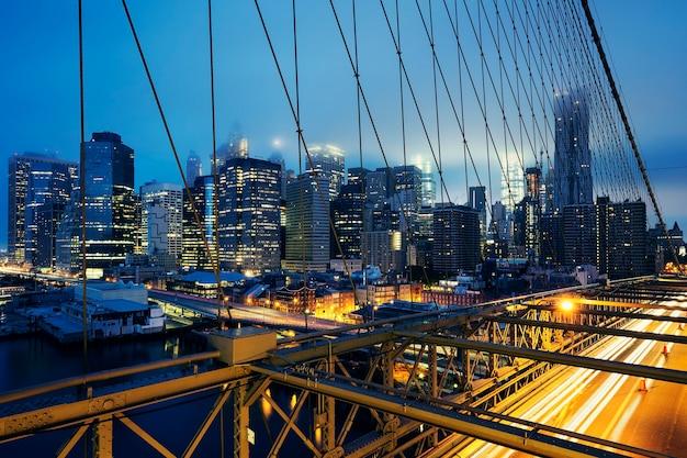 車の交通量のある夜のブルックリン橋