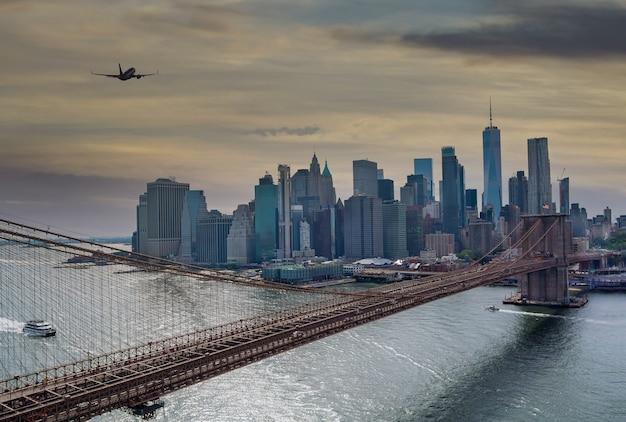 브루클린 다리 일몰 뉴욕시 맨해튼 일몰 후 아름다운 파노라마 도시 풍경 미국