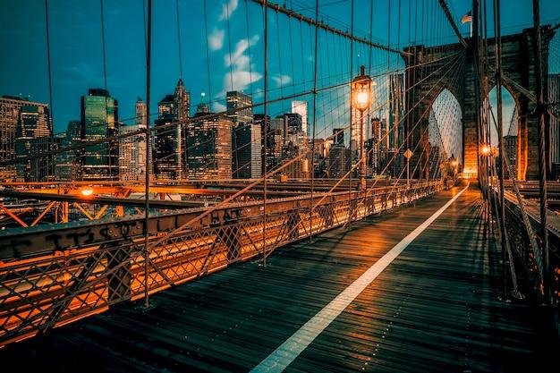 Бруклинский мост ночью, нью-йорк, сша.