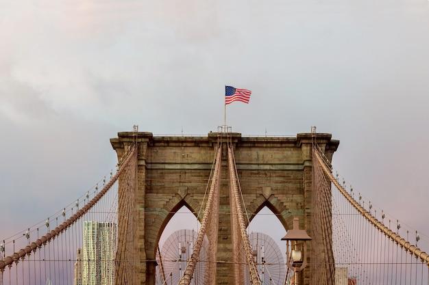 뉴욕 미국 국기의 브루클린 다리 - 별과 줄무늬 부동