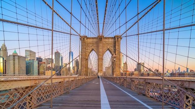 Бруклинский мост в нью-йорке, сша на рассвете