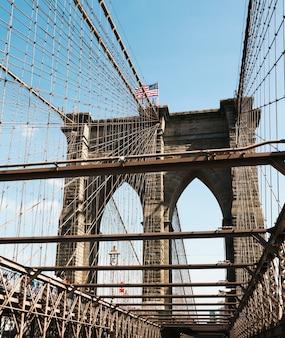 ブルックリン橋は、ニューヨーク市にあるハイブリッド斜張橋であり、米国で最も古い橋の1つです。
