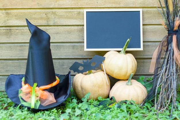 Веник, тыква, маска летучей мыши, шляпа ведьмы, доска .хэллоуин.