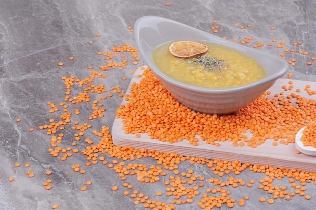 木製の大皿にレモンとスパイスのスープ