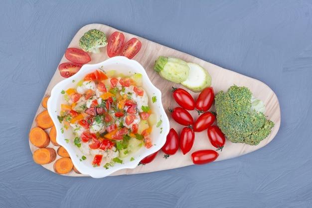 Суп-бульон с разнообразными овощами и зеленью.
