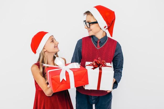 兄と妹はお互いにクリスマスプレゼントを与えています