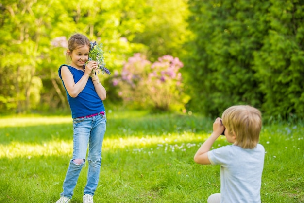 Брат и сестра фотографируются