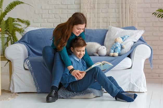 형제와 자매는 책을 읽고 있습니다.