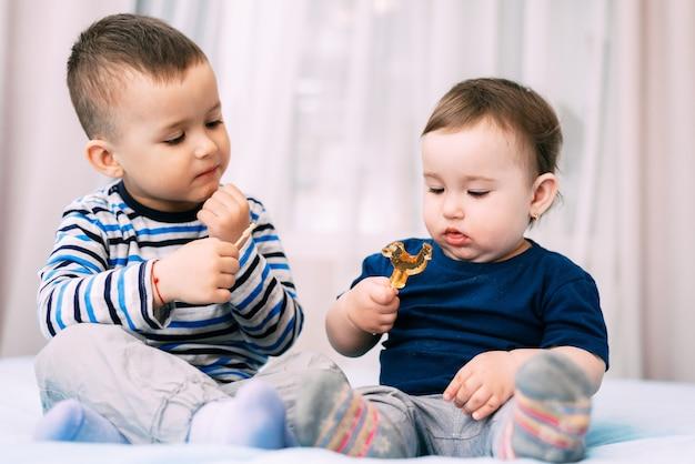 Брат и сестра кушают леденцы в виде очень симпатичного члена