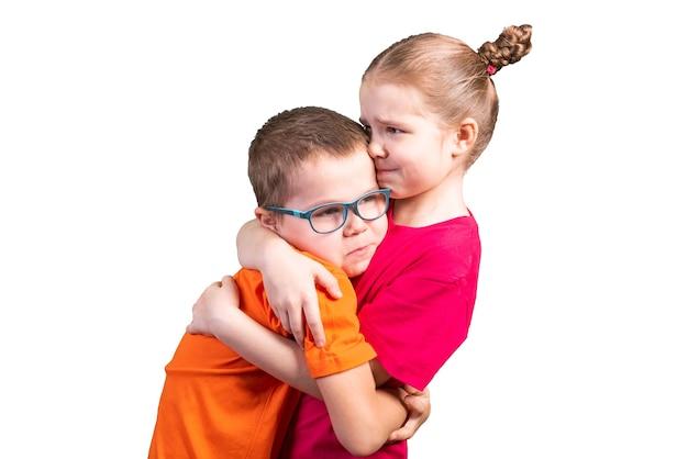 형제와 자매 포옹 하 고 웃 고입니다. 흰색 배경에 고립. 어떤 목적을 위해.