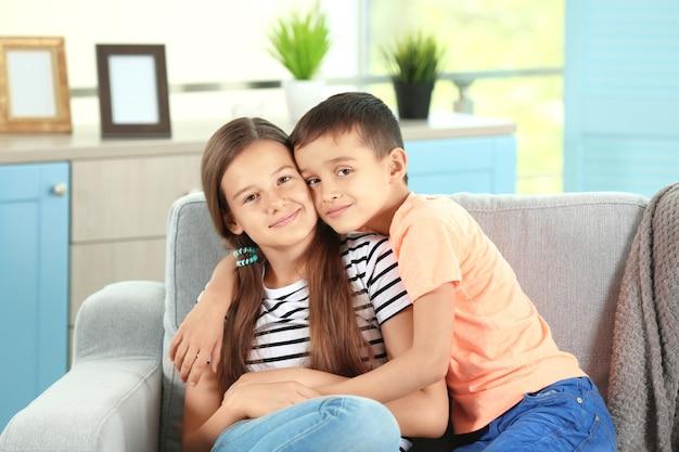 Брат и сестра на диване