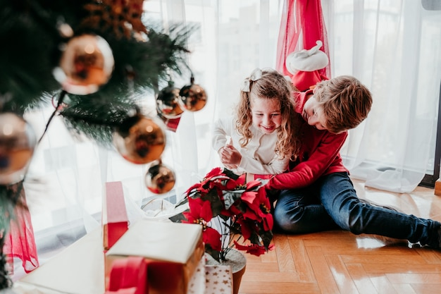 Брат и сестра играют дома