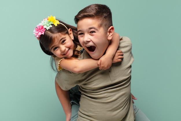 Брат и сестра играют со счастливым выражением лица