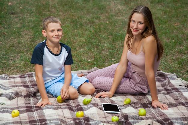 庭で休んでいる兄と妹