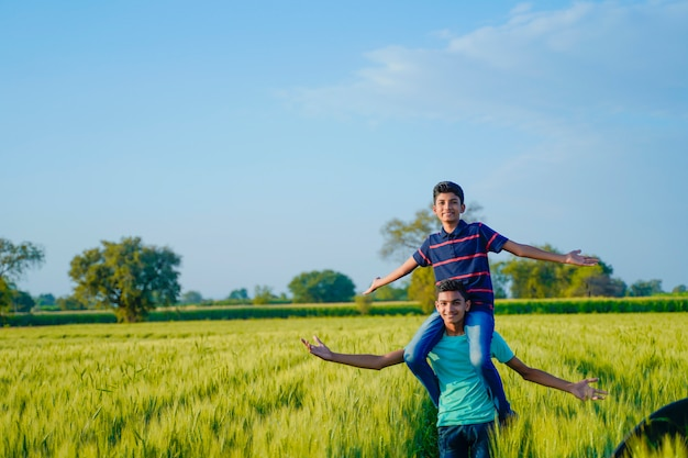 小麦畑、田舎のインドで弟を便乗する弟