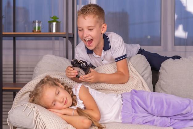 兄は目覚まし時計の呼び出しで妹を大声で目覚めさせ、学校に起きたくない
