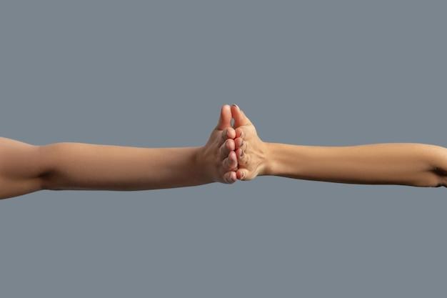 Братство человечества. крупный план людей разных рас, держащих ладони вместе