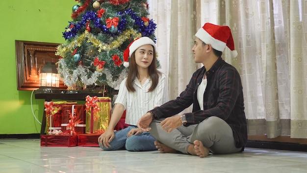 Братья и сестры вместе радостно празднуют рождество дома