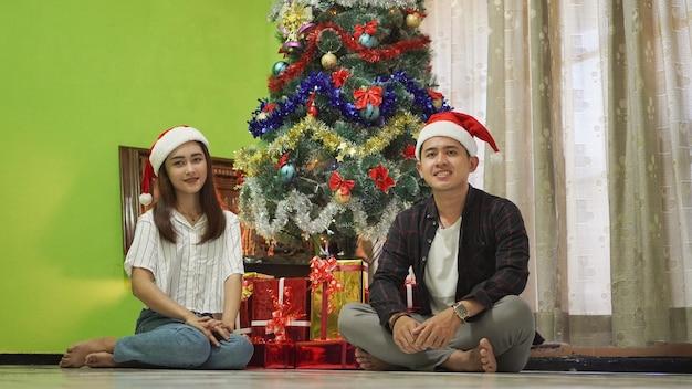 Братья и сестры вместе празднуют рождество дома