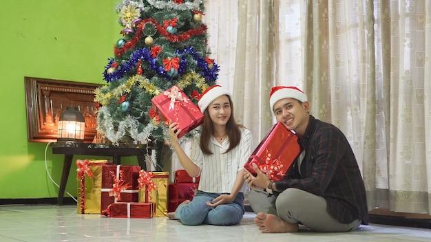 Братья и сестры празднуют рождество вместе с подарками дома
