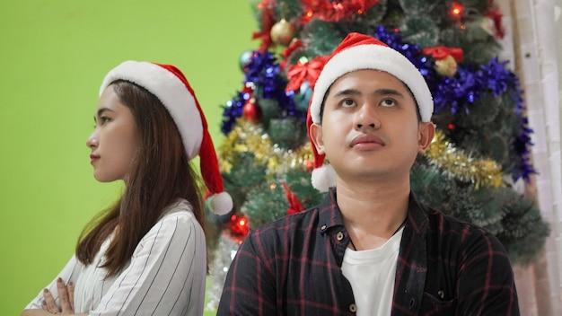 Братья и сестры с раздраженными лицами на рождество