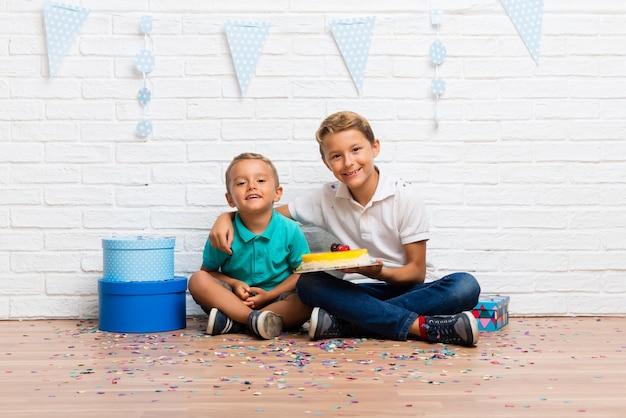 케이크와 함께 생일을 축하하는 형제