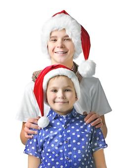 サンタの帽子をかぶった兄弟が孤立し、クローズアップ