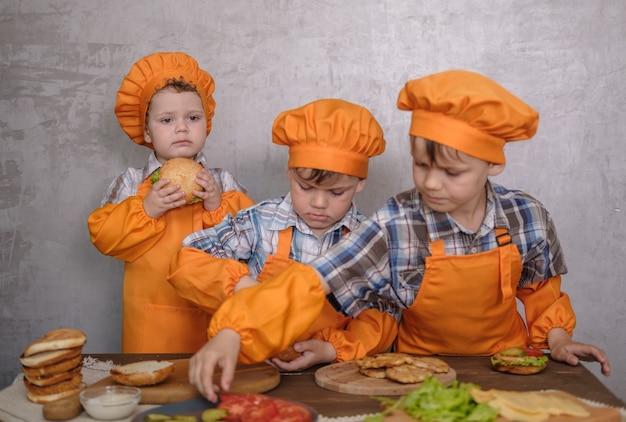 家族の夕食を準備している兄弟