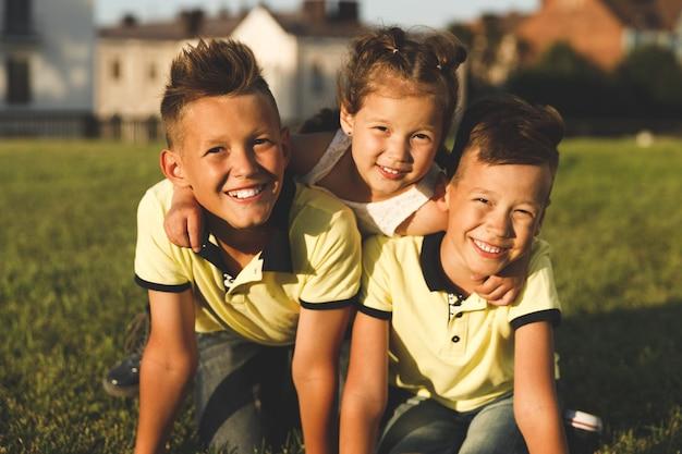 夏に屋外で妹と兄弟。クローズアップポートレート