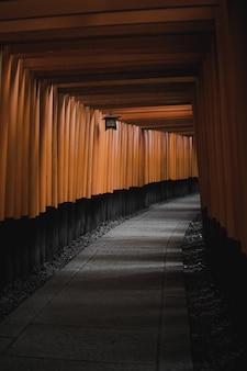 茶色のカーテンと茶色と黒の廊下