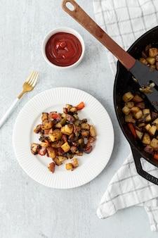Коричневая и красная еда на белой керамической тарелке