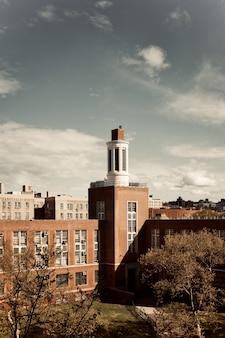 昼間に青空の下で茶色と白のコンクリートの建物