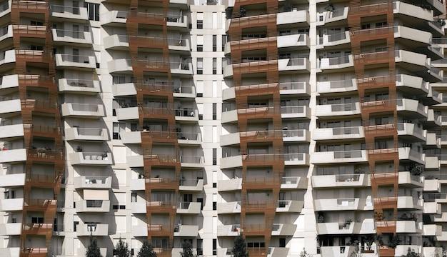 茶色と白のらせん状の建物