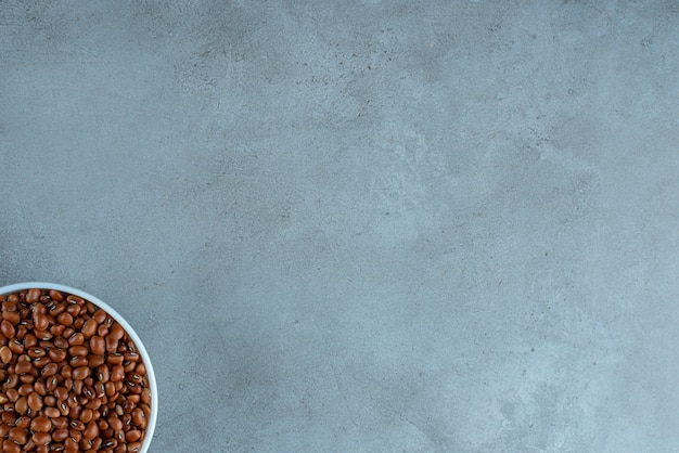 Fagioli marroni in una tazza di ceramica bianca. foto di alta qualità
