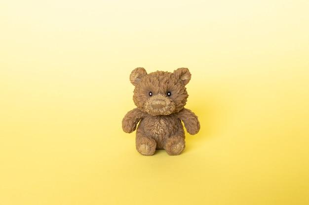 Бурый медведь на желтом