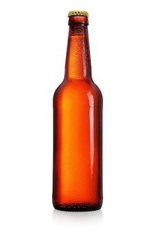 白い背景で隔離の長い首を持つ茶色のビール瓶。ラベルがないと、水が滴ります。