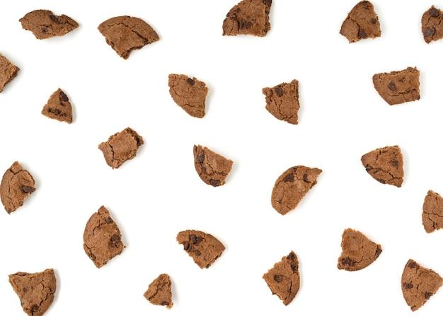 白い背景に分離された茶色のビスケットのパン粉。