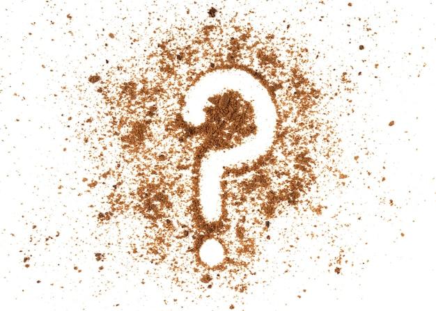 白い背景に分離された疑問符記号が付いた茶色のビスケットパン粉。
