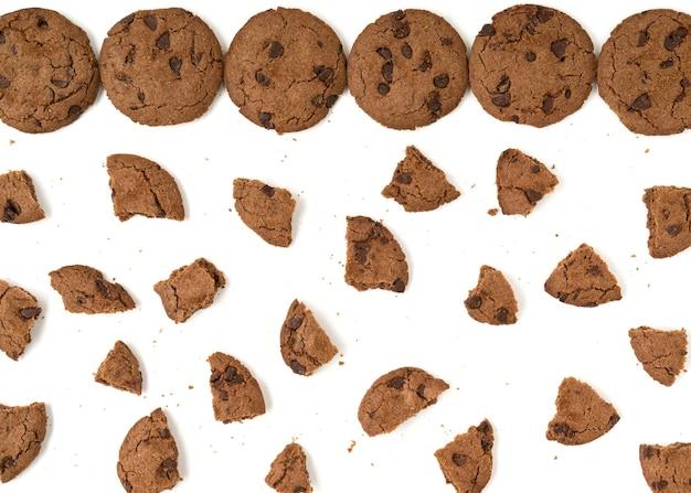 Коричневое печенье с шоколадной стружкой, изолированные на белом фоне.