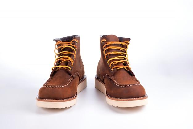 分離された茶色のブーツ