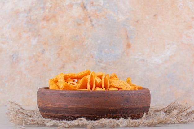 흰색 바탕에 삼각형 칩의 갈색 그릇입니다. 고품질 사진