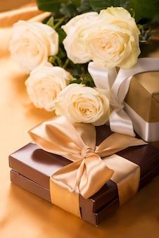 キャンディーと金色のテープの茶色の箱をクローズアップ