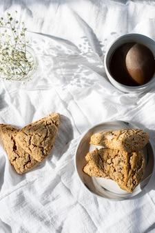 흰색 섬유에 갈색 빵