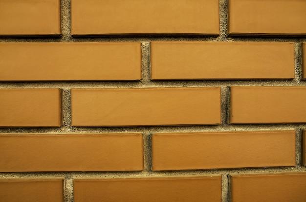 背景として茶色のレンガの壁