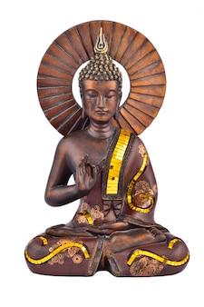 Статуэтка коричневого будды на белом фоне