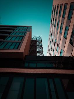 茶色の建物と外部の金属製の階段