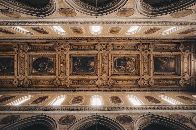 Коричневый интерьер здания