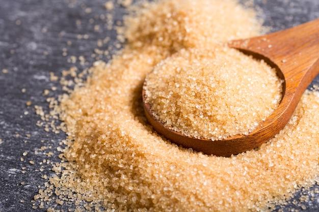 Коричневый тростниковый сахар в деревянной ложке
