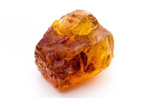 갈색 캐러멜화된 덩어리 사탕수수 큐브 흰색 배경에 고립.