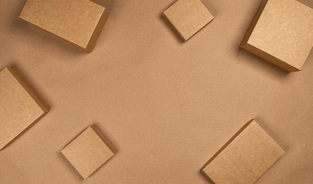 Коричневые картонные коробки на крафт-бумаги пространство, вид сверху